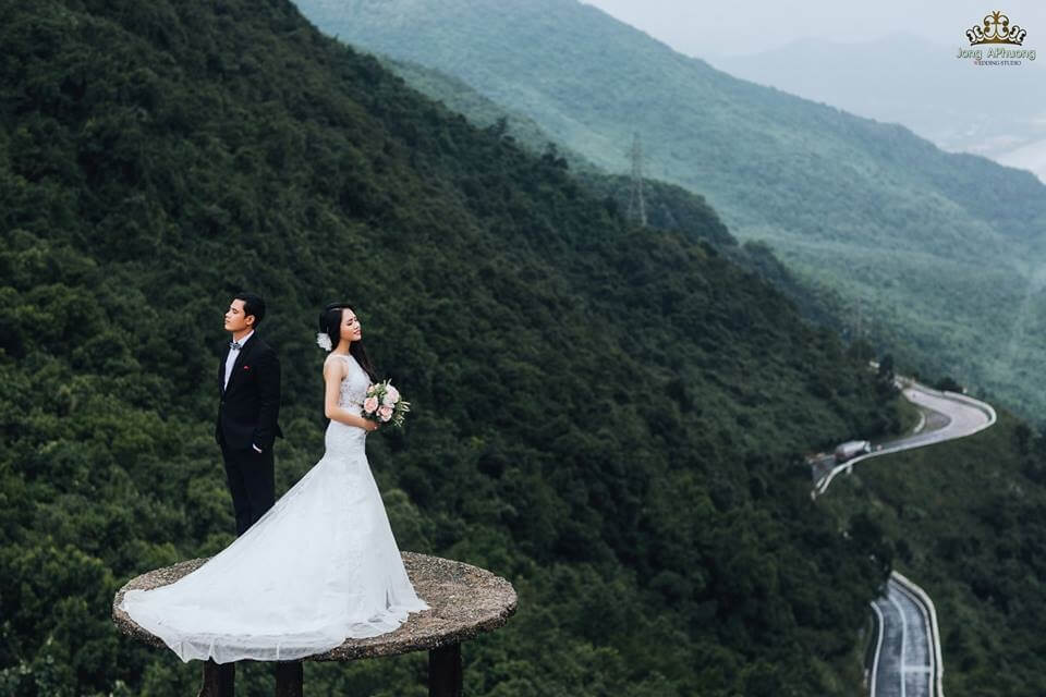 Núi này hiểm nhất Việt Nam ta, Hình thế như đường Thục khó qua. Chỉ thấy mây dăng ba đỉnh ngất, Biết người ở mấy lớp trời xa!